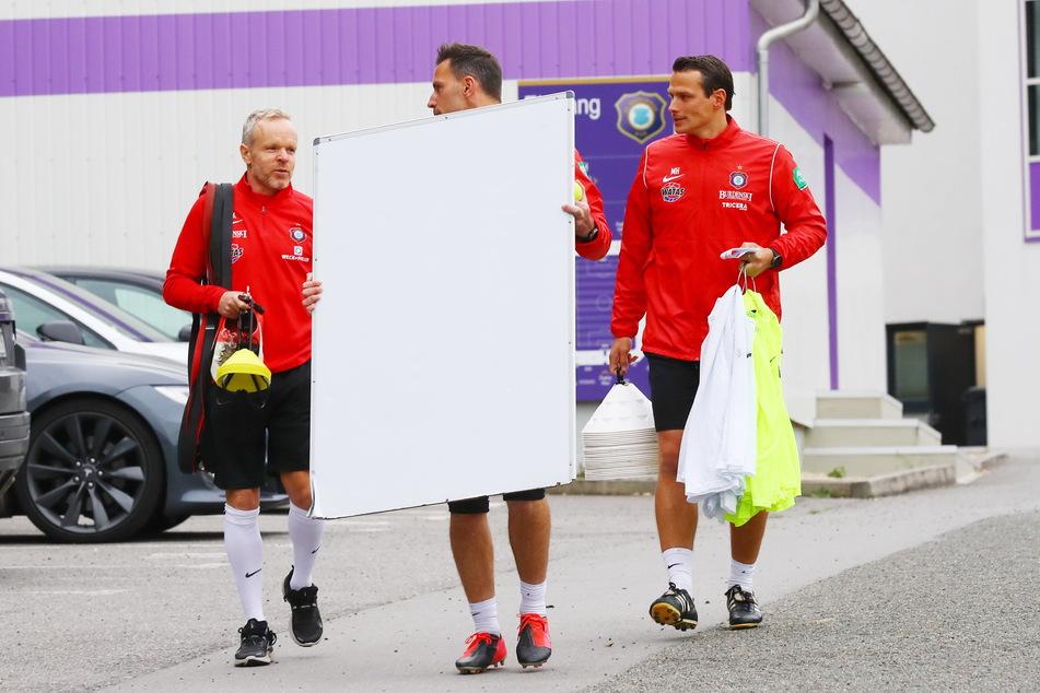 Steht auf der Taktiktafel der Matchplan für Regensburg? Marco Kämpfe (49, l.), Daniel Haas (38) und Marc Hensel (35, r.) auf dem Weg zur Trainingseinheit.