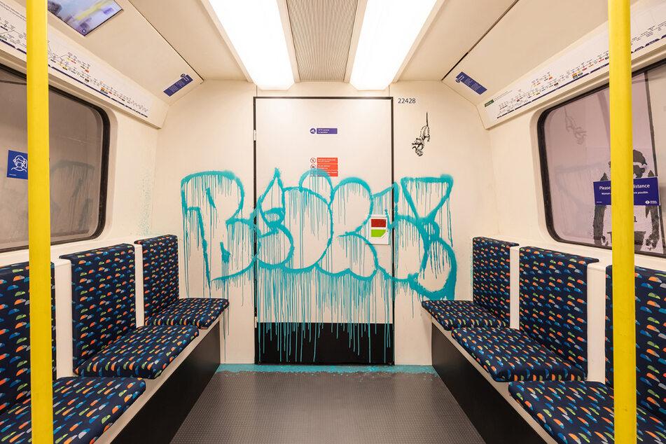 Guerilla-Aktion in der Londoner U-Bahn: Banksy sprayt Bilder und Texte immer wieder unvermittelt an Fassaden, Flächen und Gegenstände – logistisch raffiniert mit viel Vorarbeit, Spionieren und Schmiere stehen.