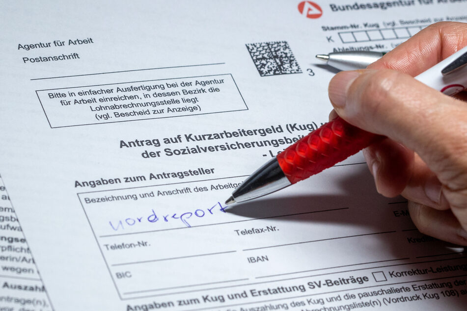 Eine Frau füllt ein Antragsformular für Kurzarbeitergeld aus.