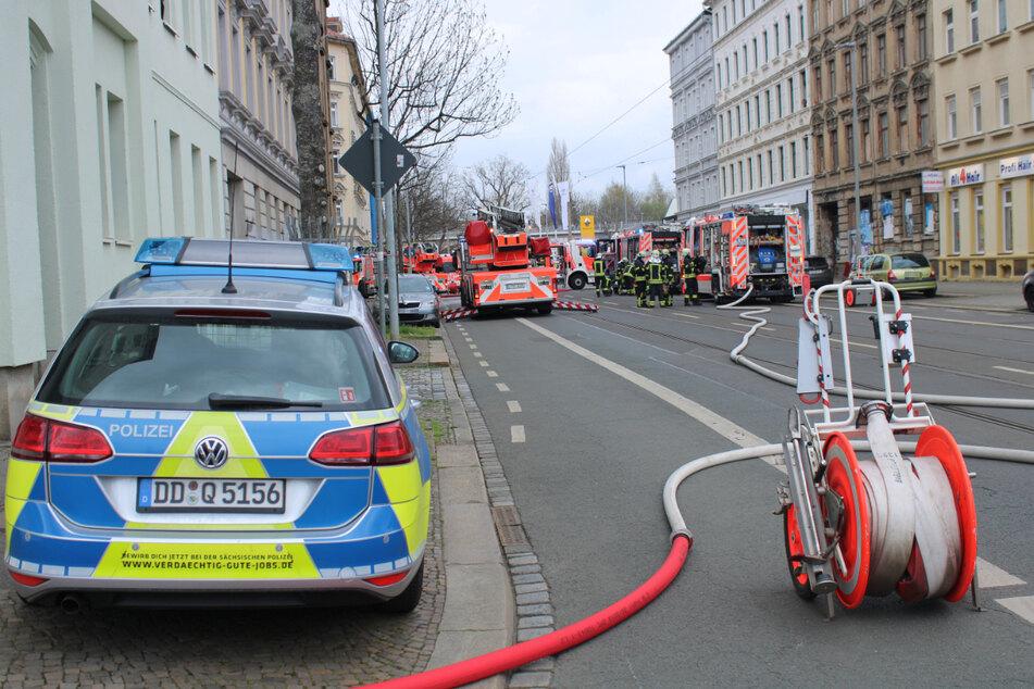 Wie die Polizei am Freitag mitteilte, wurden bei dem Brand zwei Menschen durch den entstandenen Rauch verletzt.