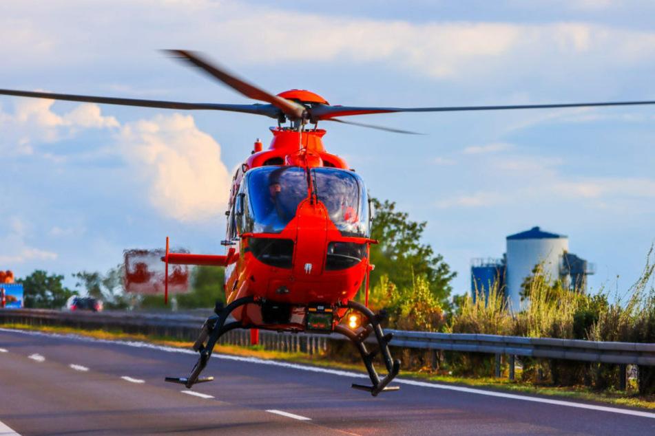 Ein Rettungshubschrauber mit einem Notarzt an Bord landete mitten auf der A10.