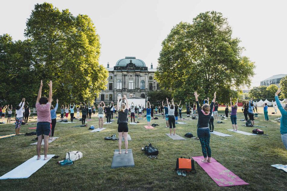 Gemeinsames Yoga im Japanischen Palais.
