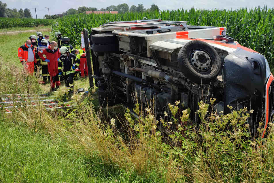 Der Rettungswagen kippte um und landete im Straßengraben.