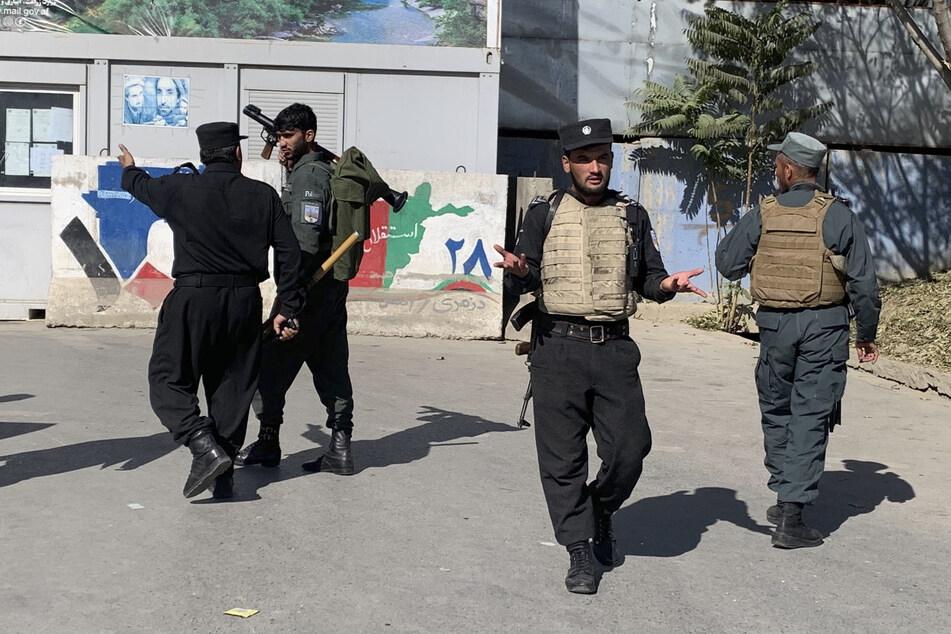 Die afghanische Polizei sichert Ort eines Anschlags. Offenbar sind alle Angreifer bei den Gefechten ums Leben gekommen.