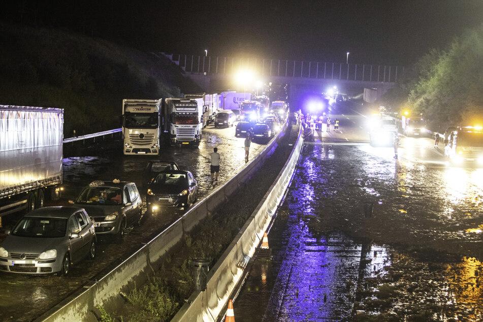 Die A8 ist zwischen den Anschlussstellen Karlsbad und Pforzheim-West aufgrund von Starkregen in beide Richtungen voll gesperrt worden.