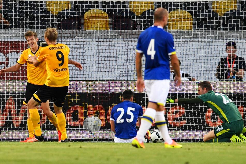 Hier überwand der Dresdner Niklas Hauptmann (l.) Everton-Keeper Maarten Stekelenburg (r.) bei einem Testspiel am 29. Juni 2016.