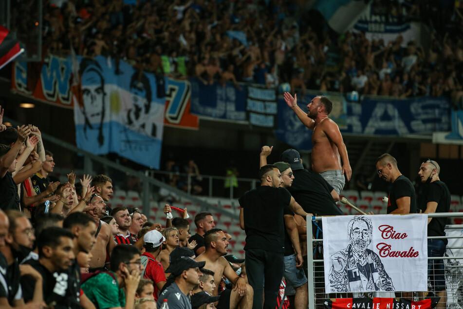 Fans beider Lager lieferten sich auf dem Feld nach dem Platzsturm Auseinandersetzungen.