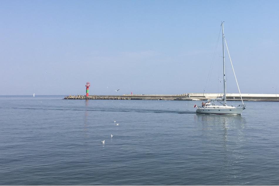 Ein Segelboot fährt von der Ostsee in die Mündung des Flusses Swine.