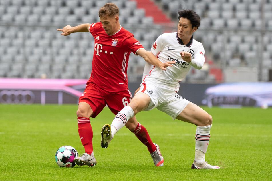 Bayern-Mittelfeld-Motor Joshua Kimmich (l.) im Zweikampf mit Frankfurts Daichi Kamada.