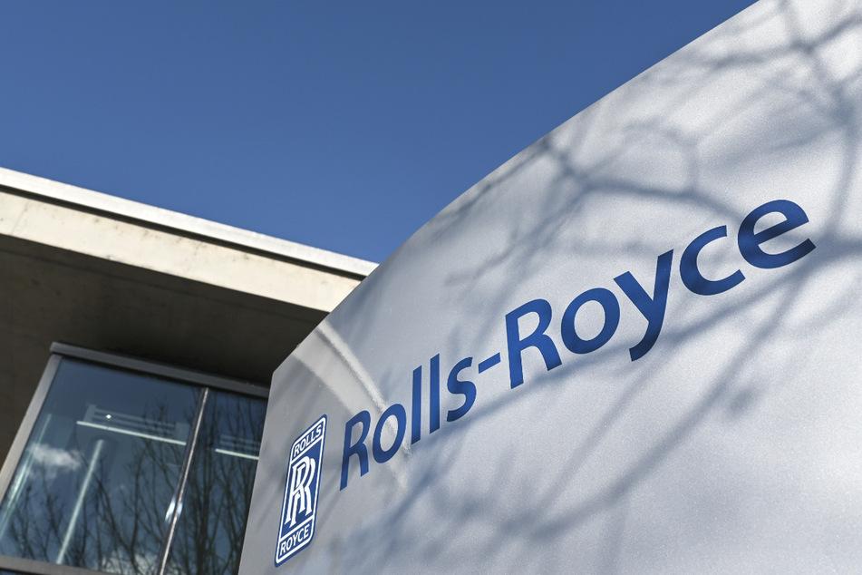 Eine Stele mit der Aufschrift Rolls-Royce samt Logo steht vor dem Eingang des Werks 1 in Friedrichshafen.