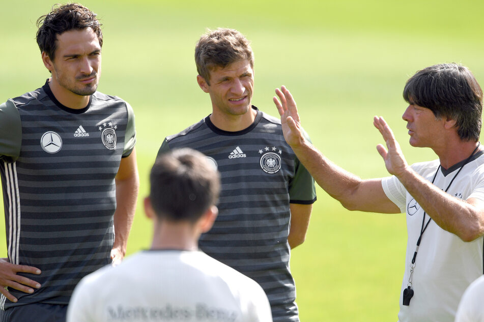 Beim DFB und Joachim Löw (60) seit langem außen vor.Nun treten Mats Hummels (31) und Thomas Müller (31) in einer anderen Disziplin an - gegeneinander.