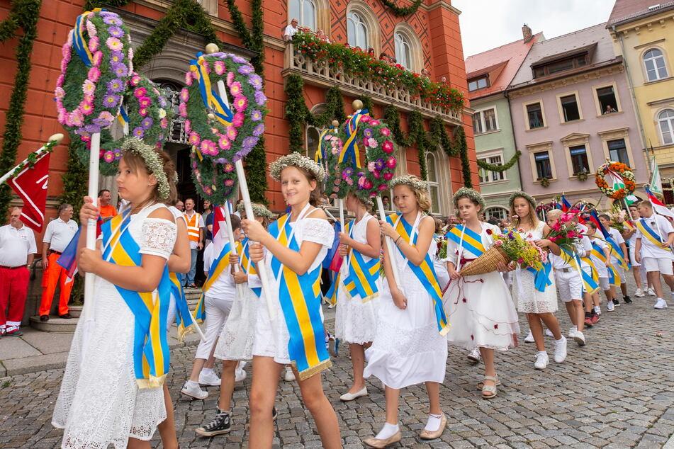 Im Mittelpunkt des Forstfestes stehen die festlich gekleideten Kamenzer Schüler. (Archiv)