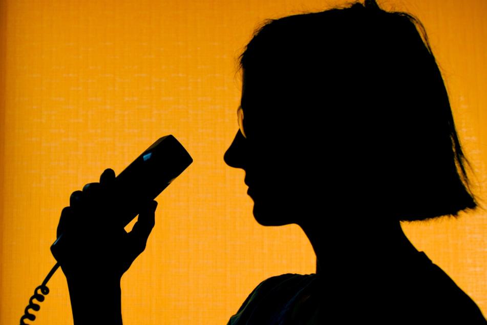 Menschen, die sich in der Corona-Krise einsam fühlen, können kostenfrei das Zuhör-Telefon der Johanniter anrufen. (Symbolbild)