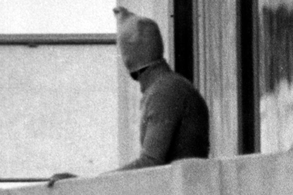 Ein vermummter arabischer Terrorist war 1972 auf dem Balkon des israelischen Mannschaftsquartiers im Olympischen Dorf zu sehen. (Archivbild)