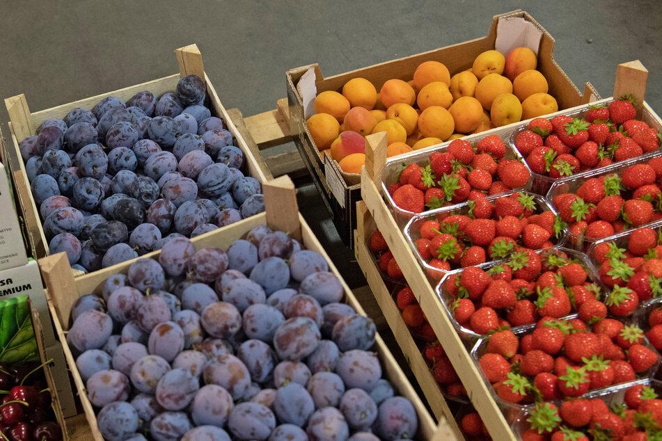 Obst steht am Großmarkt vor einem Lastwagen.
