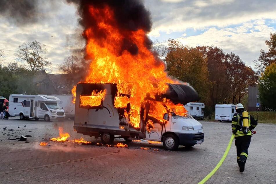 Aus dem Wohnmobil stiegen meterhohe Flammen empor.