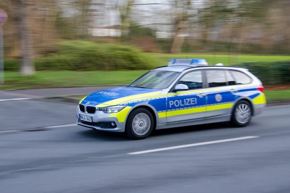 Ein Fluchtversuch vor der Polizei ist für einen Mercedes-Fahrer in Köln-Kalk mit einem Unfall geendet. (Symbolbild)