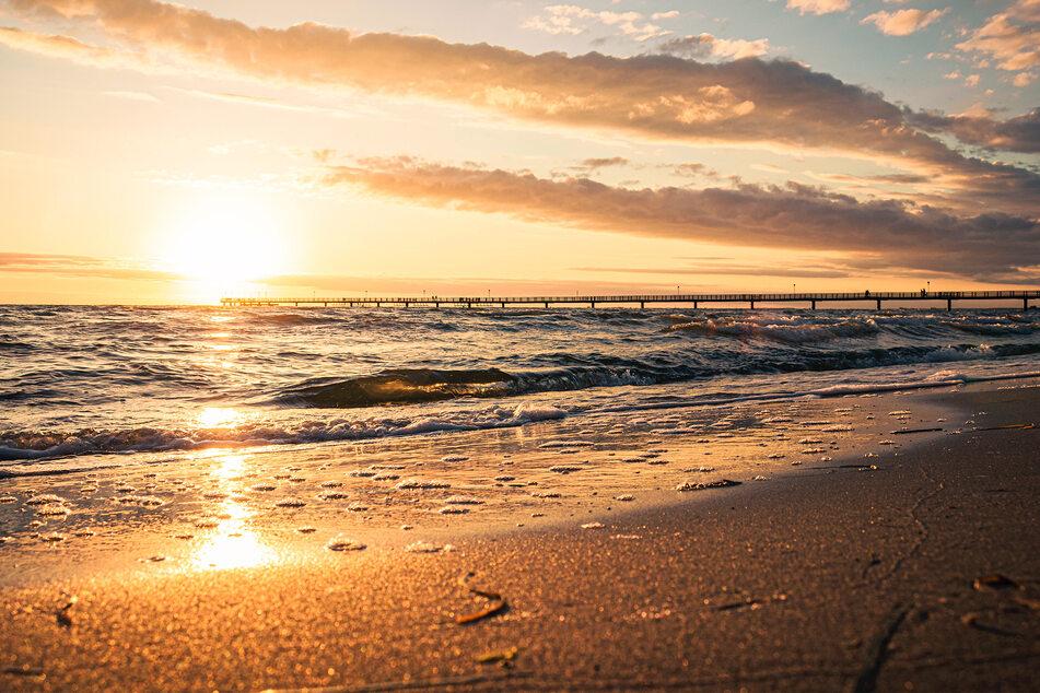 Da kommt doch romantische Stimmung auf: Die Sonne geht hinter der Ostsee unter. (Symbolbild)