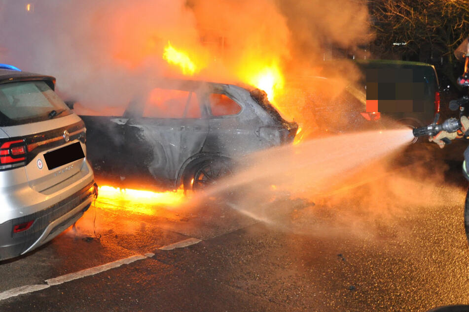 Brandstiftung? Mehrere Fahrzeuge fangen plötzlich Feuer