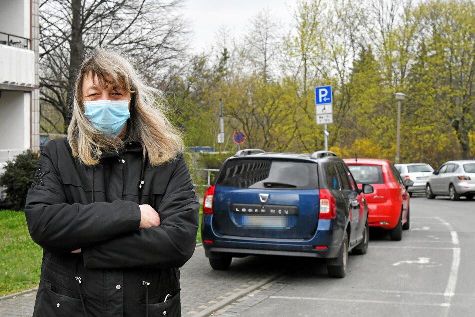 Anwohnerin Heike Müller (55) an der Michelangelostraße in Zschertnitz. Hinter ihr blockieren zwei Eltern-Taxis Behinderten-Parkplätze und Gehweg.