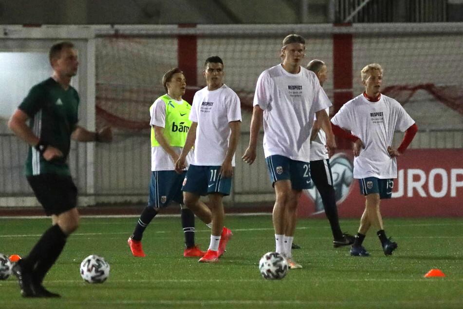 Die norwegische Nationalmannschaft hat ihr erstes Qualifikationsspiel für eine stille Botschaft zur Menschenrechtslage bei WM-Gastgeber Katar genutzt.