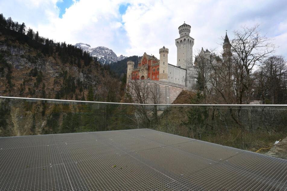 Menschenleer ist eine Aussichtsplattform unterhalb des Schlosses Neuschwanstein.