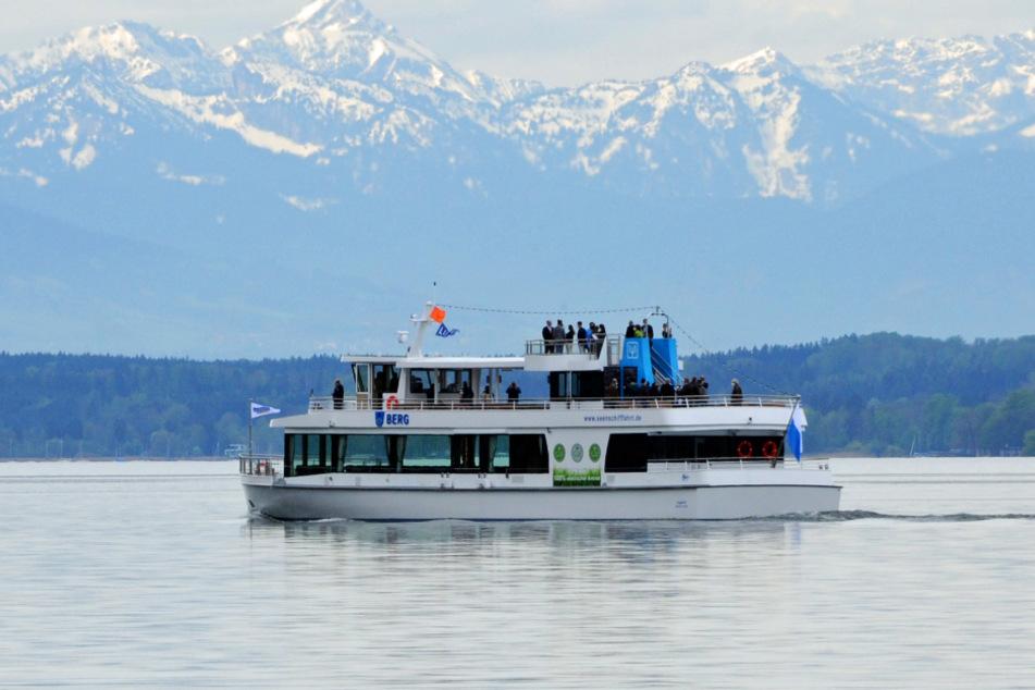 """Das neue Elektroschiff """"Berg"""" von der Bayerischen Seenschifffahrt GmbH fährt nach seiner Taufe über den Starnberger See."""