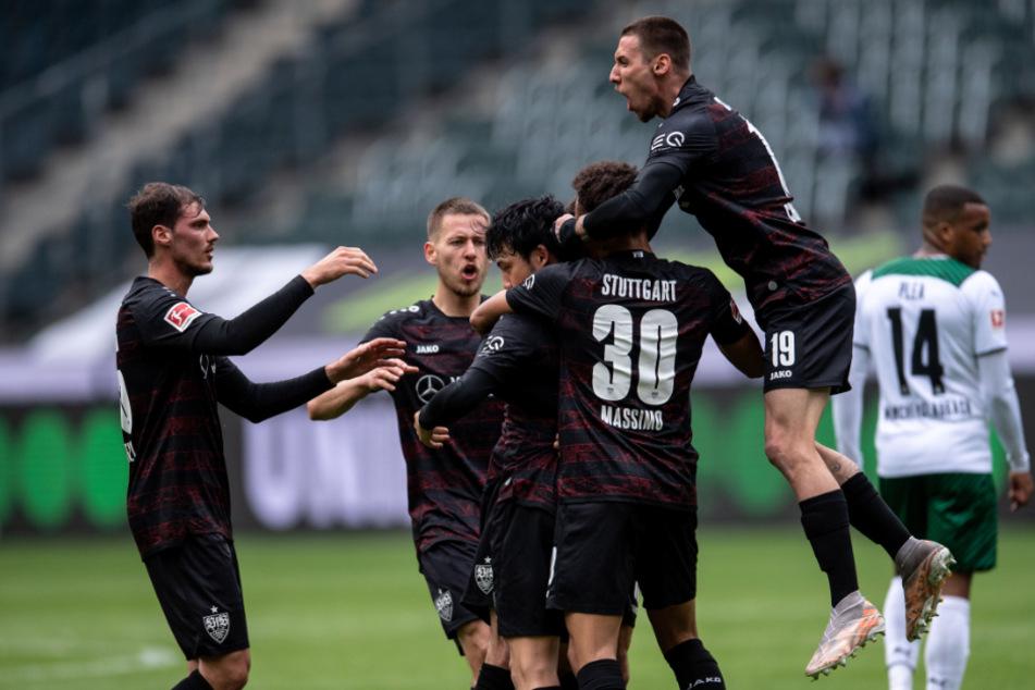 Der VfB Stuttgart jubelt nach dem 1:1-Ausgleich durch Wataro Endo (verdeckt).