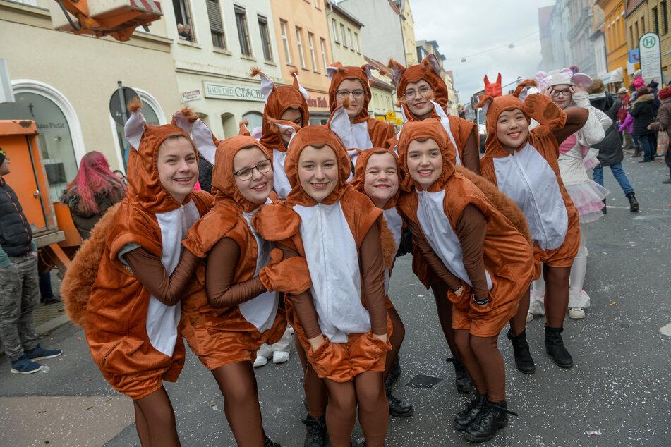 Eine Gruppe als Eichhörnchen verkleideter Frauen nehmen am Rosenmontagsumzug in Köthen teil.