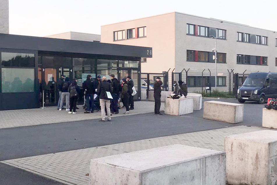 Rund 20 Demonstranten fanden sich am frühen Mittwochmorgen vor dem Oberlandesgericht ein.
