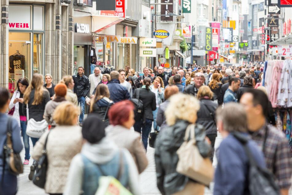 In der Kölner Innenstadt werden Shoppingfans glücklich – man muss aber Nerven mitbringen, denn zu Stoßzeiten ist es in diesem Stadtteil extrem überlaufen.