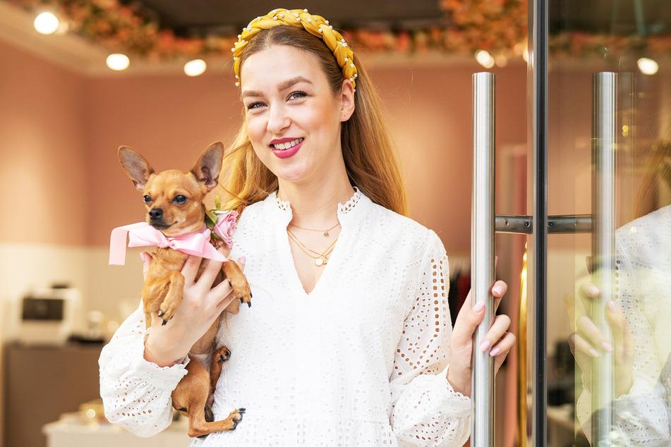 """Store-Chefin Fränze Müller (29) hält Frida (2) im Arm. Das Hündchen ist das Maskottchen ihres """"The Blossom""""-Shops."""