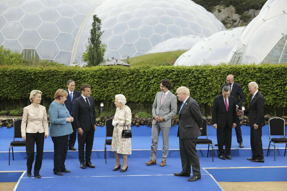 """Die britische Königin Elizabeth II. (95, M) spricht mit den Teilnehmern des G7-Gipfels während eines Empfangs des """"Eden Project""""."""