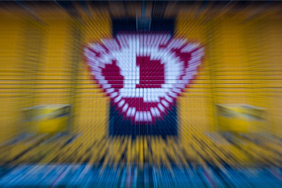 Das Dresdner Logo inmitten hochgeklappter Zuschauerränge im Stadion.
