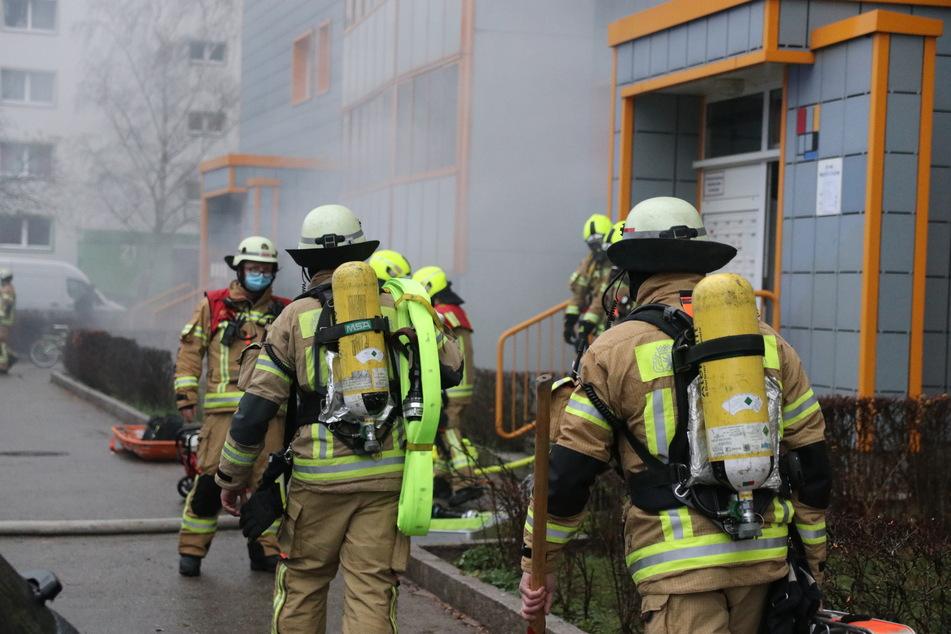 In einem Hochhaus im Berliner Stadtteil Neu-Hohenschönhausen ist an Heiligabend ein Feuer ausgebrochen.
