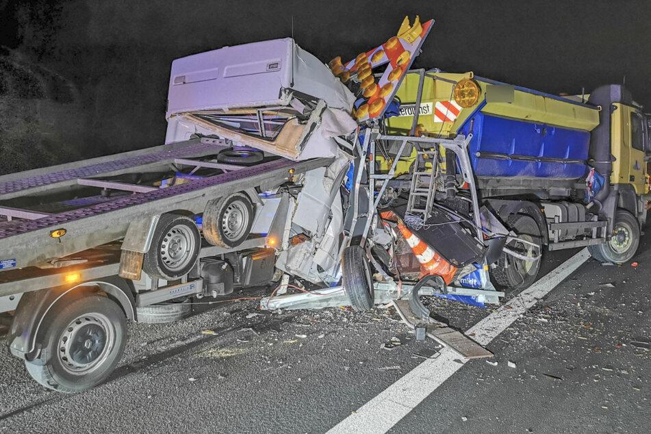Ein Lastwagen-Fahrer fuhr auf einen stehenden Anhänger mit Absperrwand auf. Die Polizei geht von Übermüdung als Unfallursache aus.