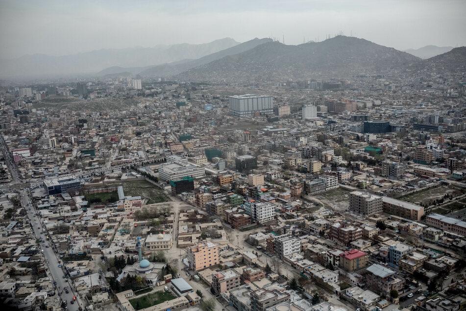 Stadtansicht von Kabul aus dem Hubschrauber aufgenommen.