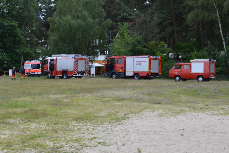 Feuerwehr und Rettungsdienst rückten mit mehreren Fahrzeugen an.