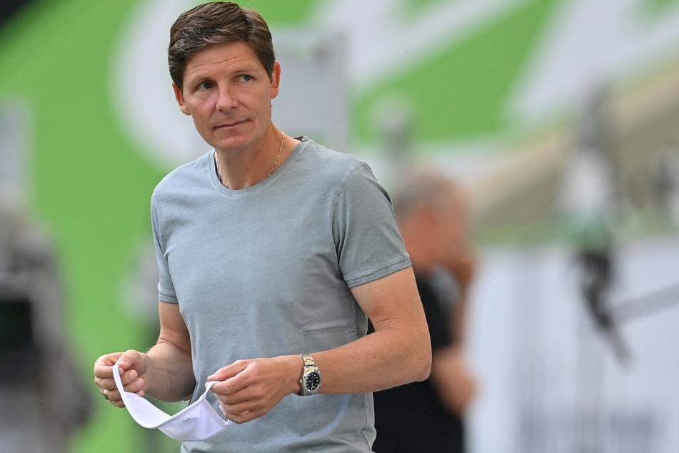 Oliver Glasner, Trainer vom VfL Wolfsburg, hält seinen Mundschutz in der Hand.