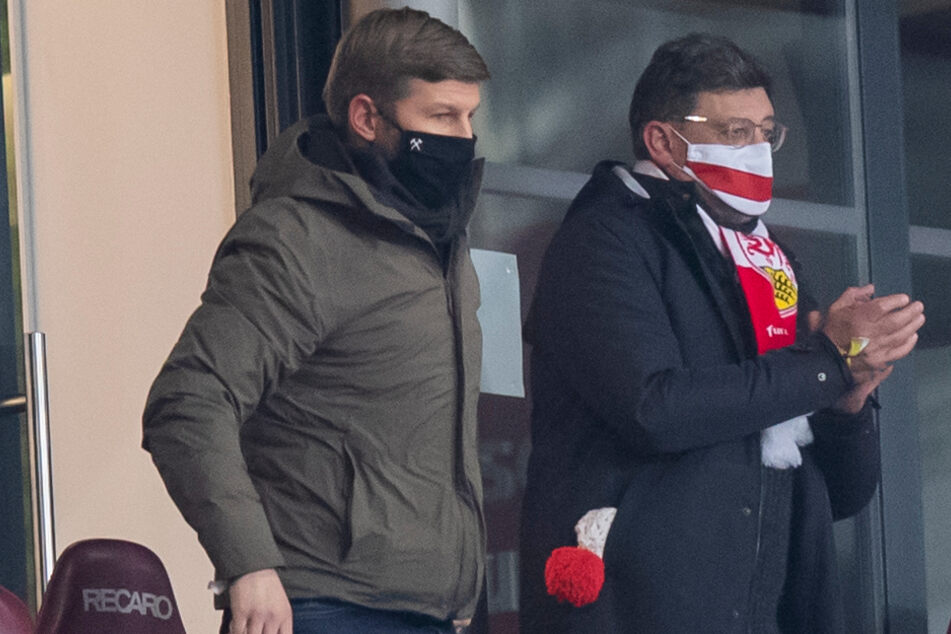 So nah wie auf dem Bild stehen sie sich schon lange nicht mehr: VfB-Vorstandsboss Thomas Hitzlsperger (38) und Claus Vogt (51).