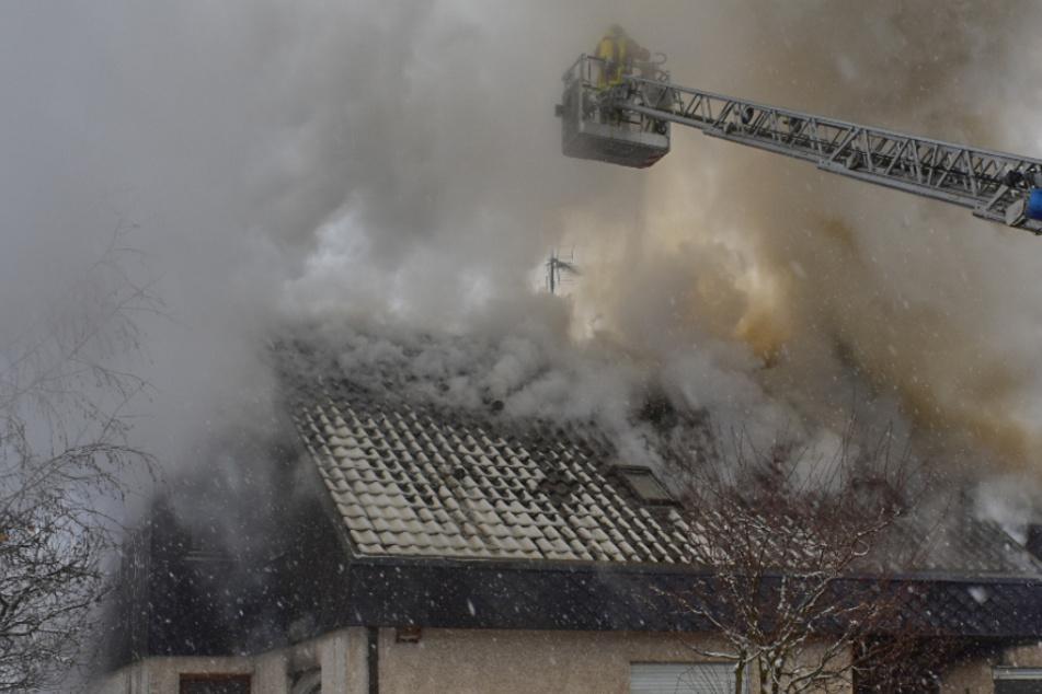 Wohnhaus steht in Flammen: Zwei Menschen verletzt