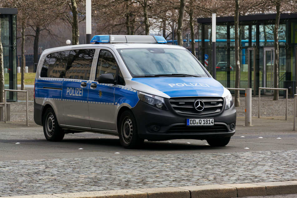 Rund ein Drittel der Polizisten in Sachsen haben sich einer Studie zufolge skeptisch zu den Anti-Corona-Maßnahmen geäußert.