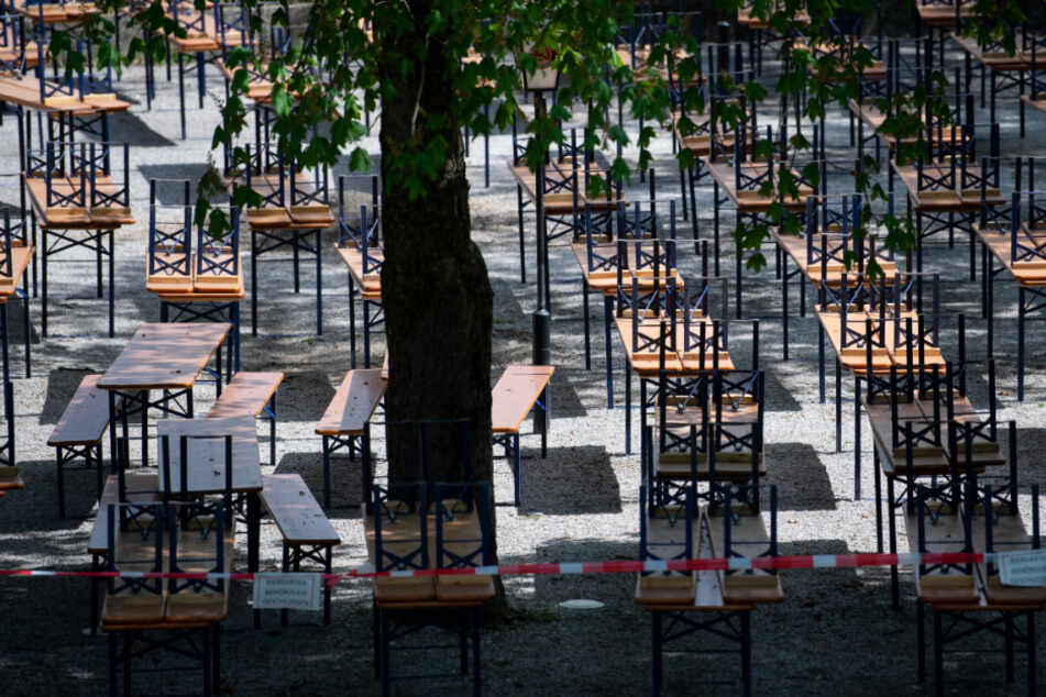 Menschenleer zeigt sich der Biergarten mit gestapelten Bänken und Tischen im Westpark. Aufgrund der aktuellen Corona-Krise ist der Biergarten geschlossen.