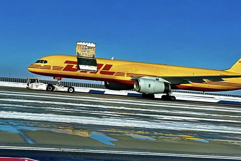 Horror am Flughafen: Tür von DHL-Flugzeug öffnet sich während Flug