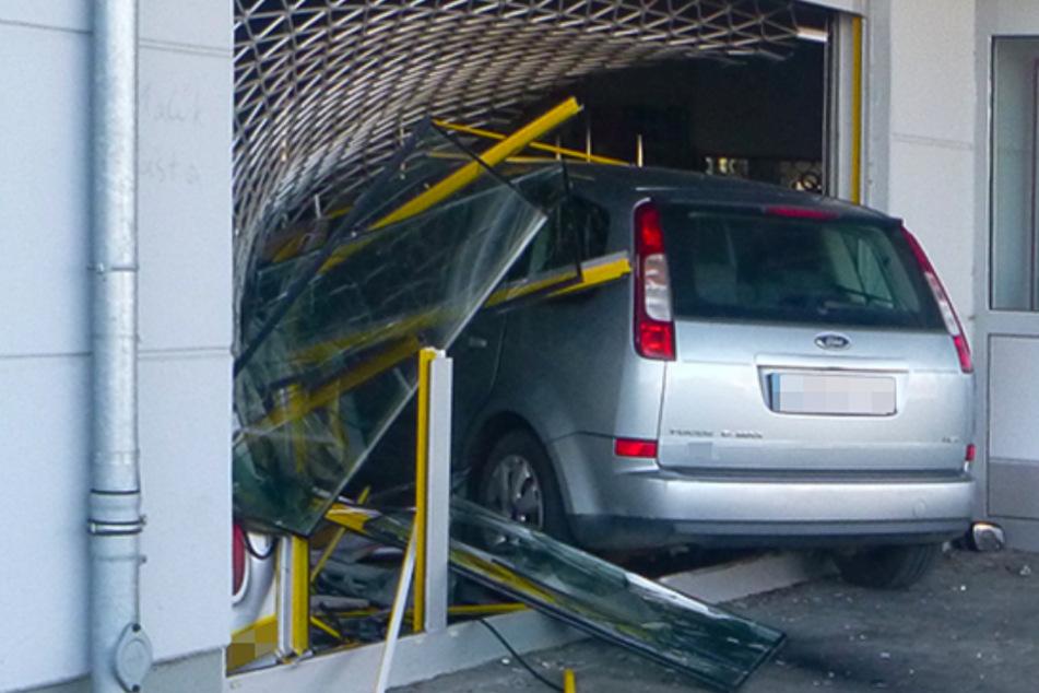 Private Fahrstunde geht gewaltig schief: Ford rauscht in Elektromarkt-Schaufenster