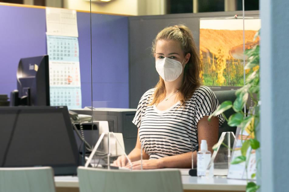 """Ohne Vorab-Anmeldung geht nichts: Aber danach nimmt Sachbearbeiterin Sandra (32) im Zentralen Bürgerbüro Anträge entgegen oder verteilt """"fertige"""" Persos."""