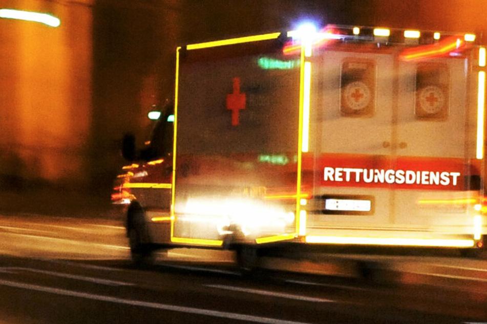 Auto kracht gegen Baum: Fahrer stirbt an Unfallort