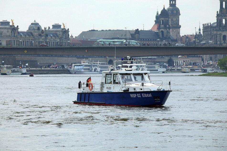 Ein vermeintlicher Ölfilm löste am Freitagnachmittag einen großen Einsatz auf der Elbe aus. (Archivbild)