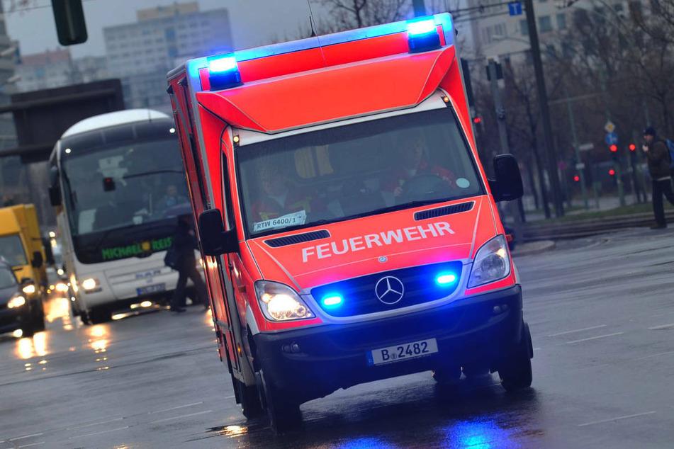 Am Mittwochnachmittag ist ein 65-Jähriger in Berlin-Tegel bei dem Versuch, einen Bus rechts auf einem Parkstreifen zu überholen, in ein parkendes Auto gekracht. (Symbolfoto)