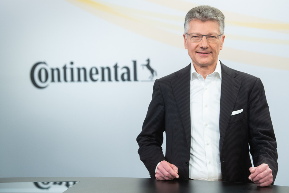 Elmar Degenhart, Vorstandsvorsitzender der Continental AG, steht bei einem Fototermin in einem konzerneigenen TV-Studio.
